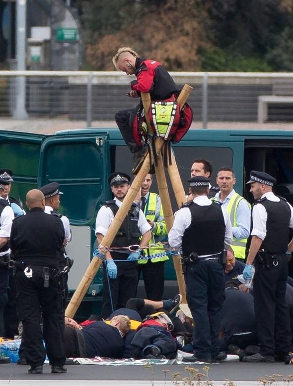 Londra'da havalimanını işgal ettiler