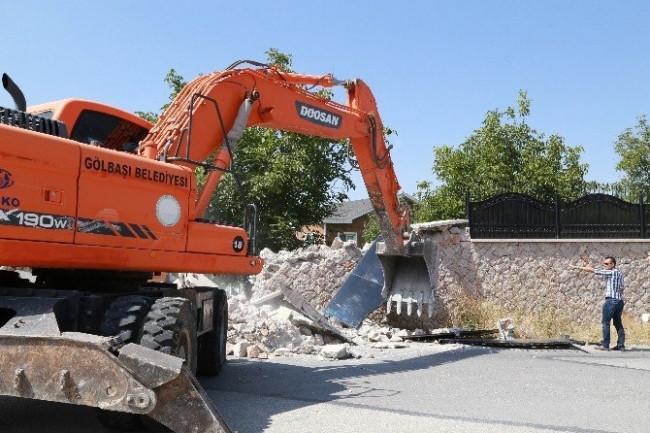Malikanenin duvarı yıkıldı