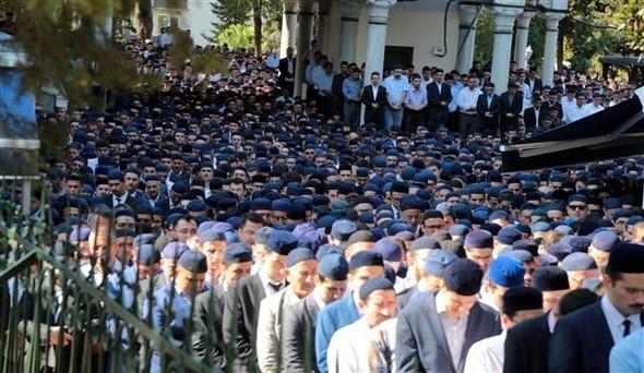 Süleymancılar cenazeye mavi takkeyle geldi