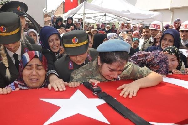 Şehit cenazesinde ağlatan not