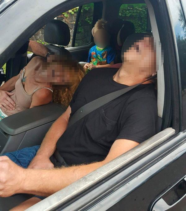 Polis arabanın içindeki aileyi görünce şok oldu