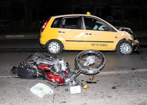 Motosikletle taksi çarpıştı !