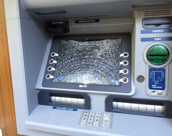 Dolandırıldı hırsını ATM'den aldı !