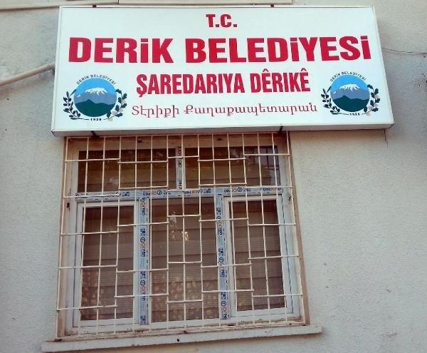 Derik Belediyesi'nin tabelası yeniden asıldı