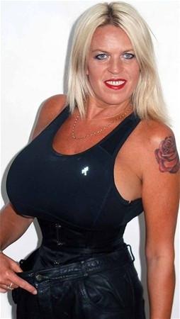 İngiltere'nin en büyük göğüslü kadını