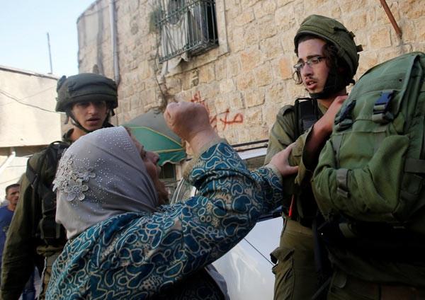 İsrail askerlerinden yaka paça gözaltı