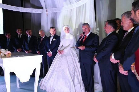 Başbakan evlenen yeğenini uyardı: Havaya girme...