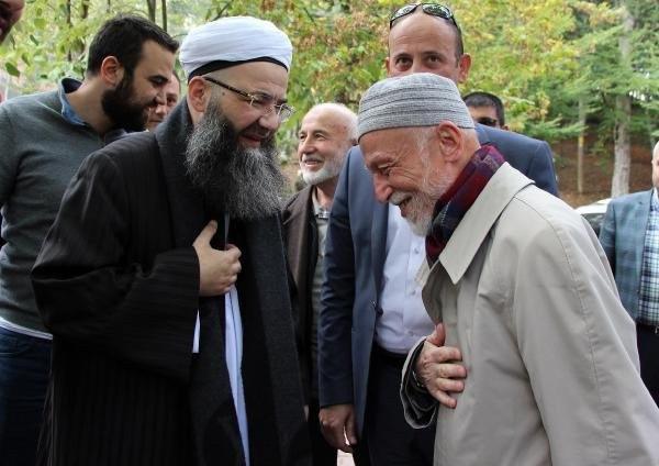 Cübbeli Ahmet Hoca kızıyla türbeye gitti