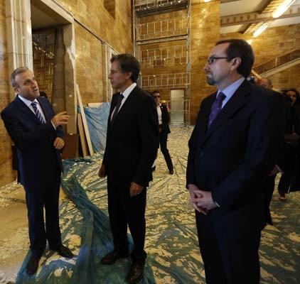 ABD'li Bakan yardımcısı bombalanan Meclis'i gezdi