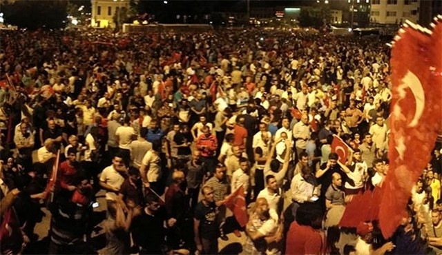 ''Onlar darbeye değil iktidara karşı sokakta''