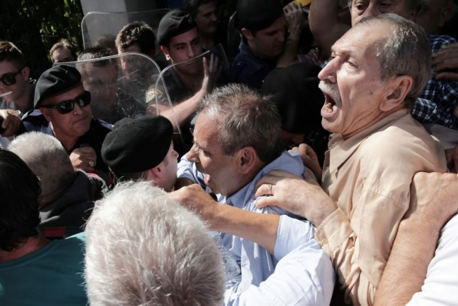 Atina'da emeklilere gazlı müdahale