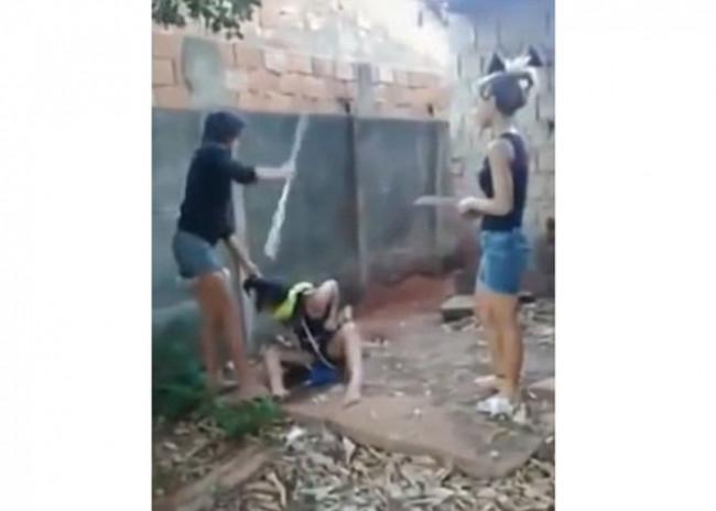 Genç kızlardan palalı işkence