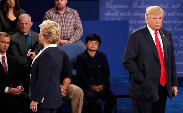 Hillary Clinton'ın yüzüne konan sinek olay oldu