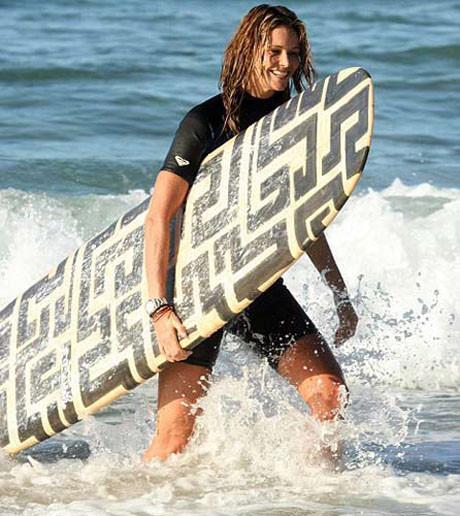 Noelde sörf yapıyor