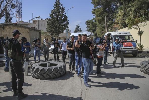 ÖSO savaşçıları Türk polisi şapkası takıyor