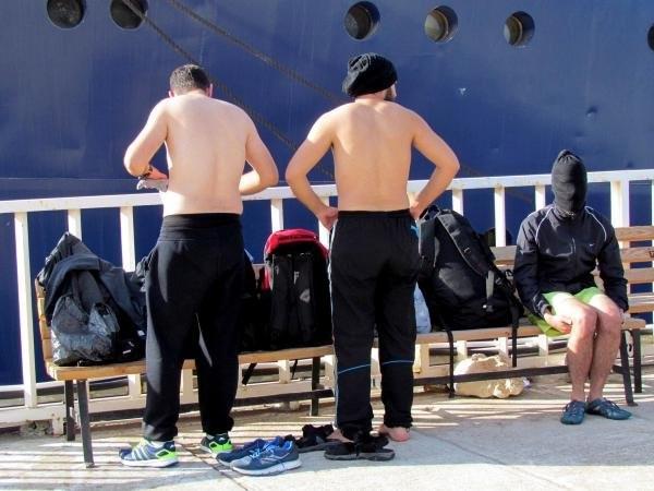 2 ayrı lastik botta 71 kaçak yakalandı