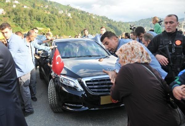 Erdoğan'ın makam aracı önünde izdiham