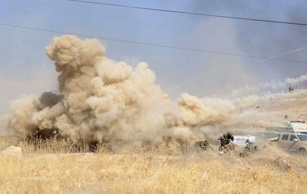 Bomba yüklü aracın cephede patlama anı