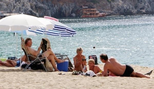 Turistler tatilin keyfini çıkarıyor