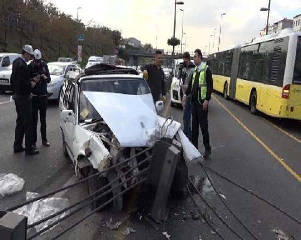Otomobil metrobüs bariyelerine çarptı