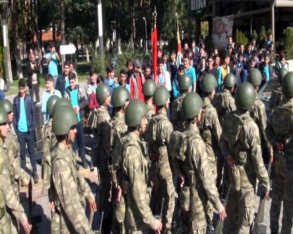 Vatandaşlar askerlere yoğun ilgi gösterdi