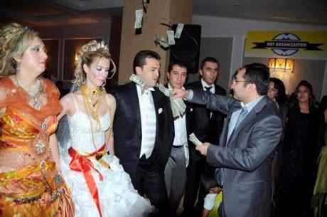 Kriz bu düğüne uğramadı !