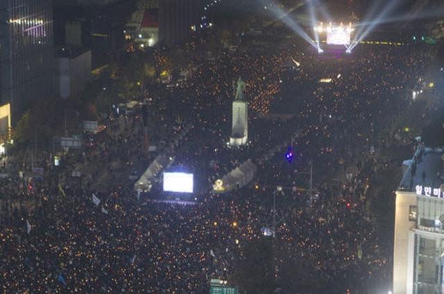 Onbinlerce kişi sokağa döküldü