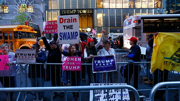 Trump'a kum yüklü kamyonlarla güvenlik önlemi