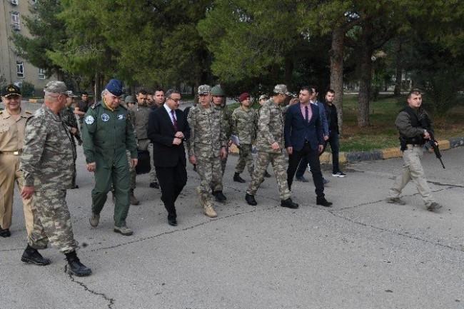 Org. Hulusi Akar Silopi'deki birlikleri ziyaret etti