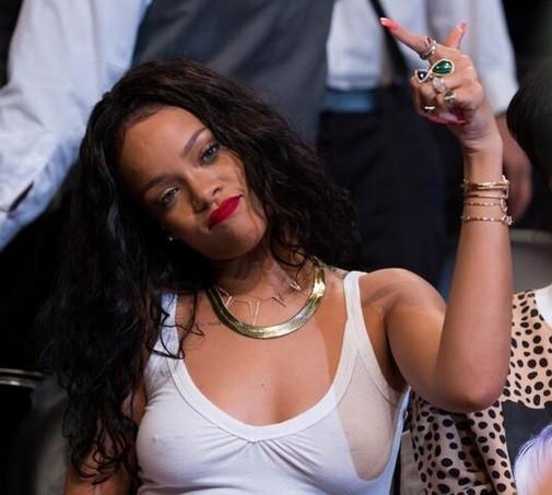 Rihanna iç çamaşırsız görüntülendi