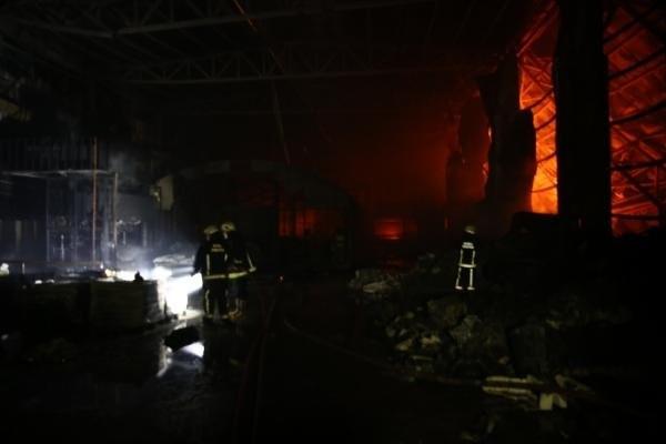 Yedek parça fabrikası kül oldu