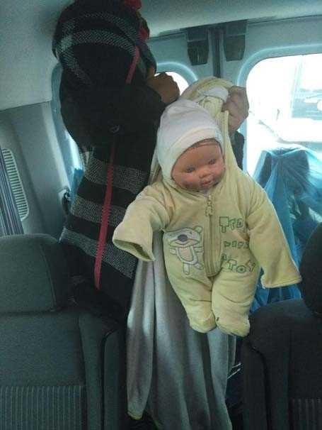 Oyuncak bebekli dilenciler