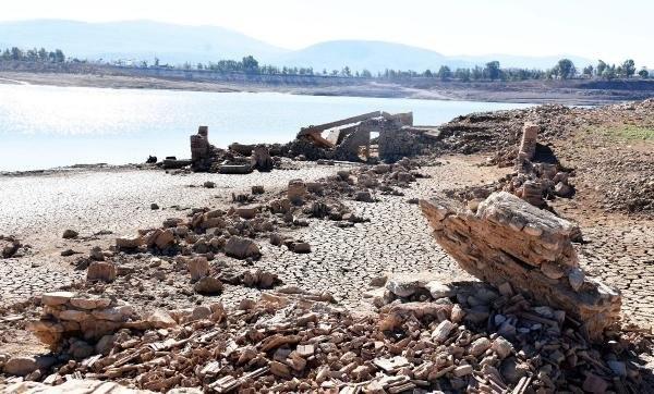 Sular çekilince 3 asırlık köy gün yüzüne çıktı