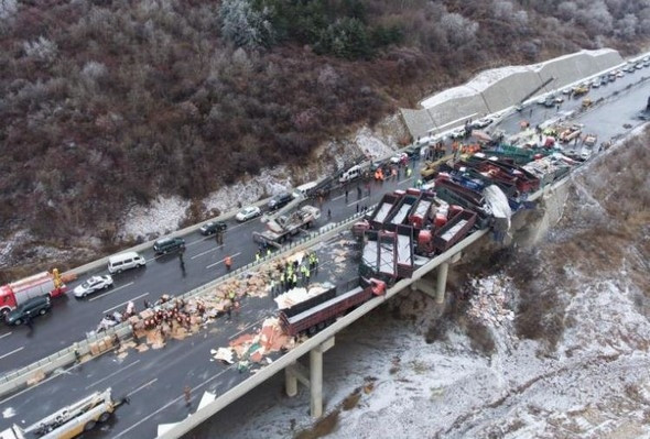 İnanılmaz kaza ! 56 araç birbirine girdi