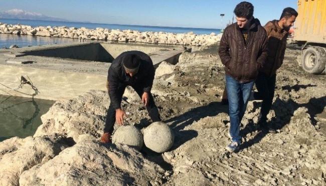 """Van Gölü'nden """"haç"""" figürlü taşlar çıktı"""