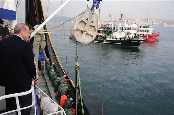 Reis dümene geçti, balıkçılarla ava çıktı