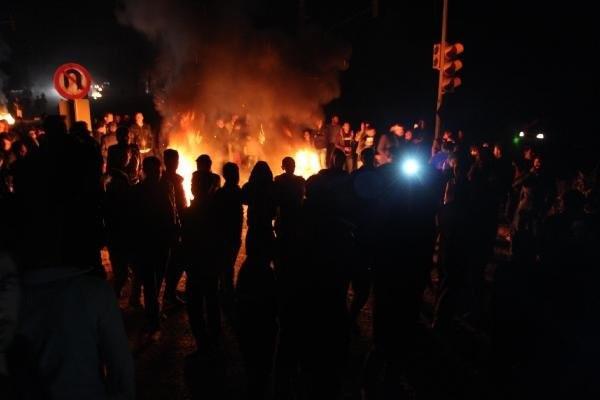 Elektrik kesintisini yol kapatarak protesto ettiler