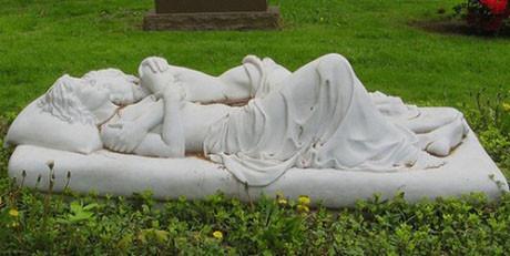 İlginç mezar taşları