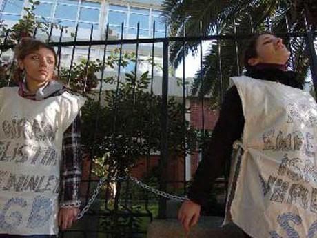 İki genç kız gözaltına alındı
