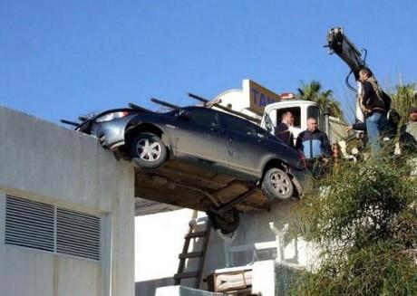 Arabasıyla havada asılı kaldı