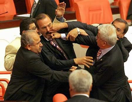 Mecliste yumruklar konuştu !