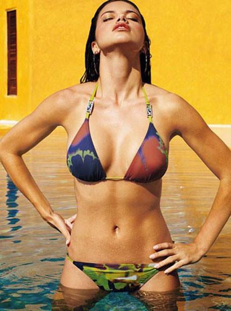 Adriana Lima bikinisiyle poz verdi