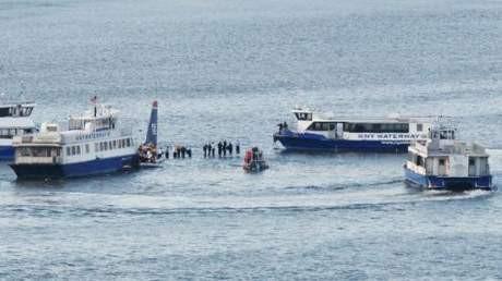 ABDde yolcu uçağı nehre düştü