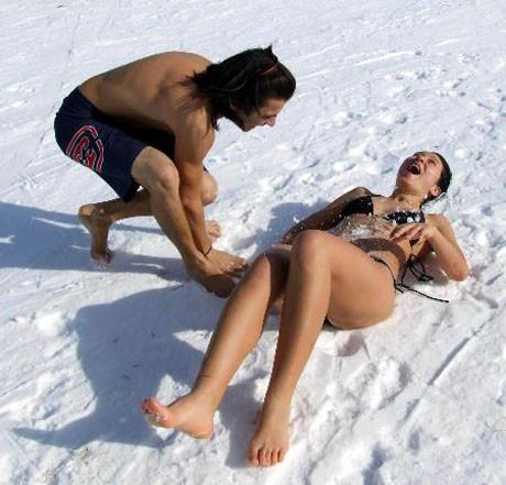 Kar altında güneşlendiler