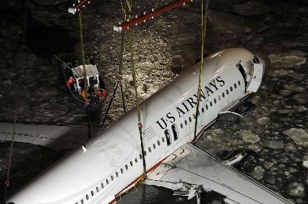 Uçak nehirden böyle çıkarıldı