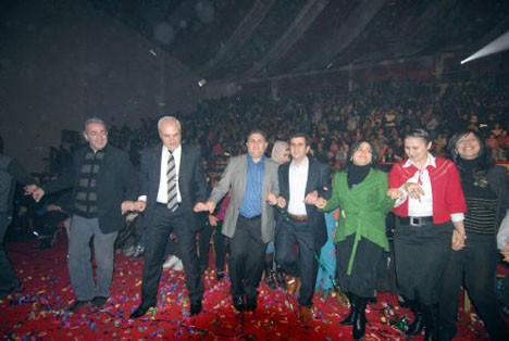Vali Kürtçe şarkı söyledi