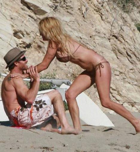 Pamelanın bikinisi dar geldi!