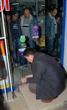 Polisler hırsızlarla beraber mağazada mahsur kaldı