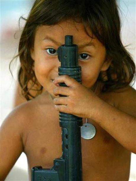 Küçük elleri silah tutuyor