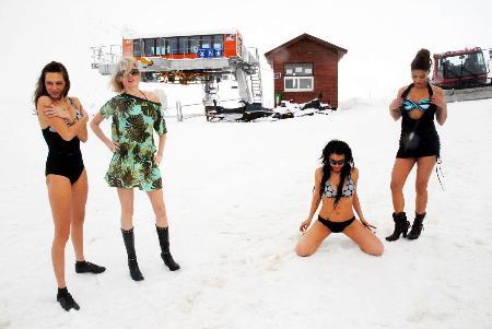 Kar üzerinde bikinili tanıtım
